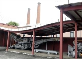 田川市のシンボル二本煙突と大型機械.jpg